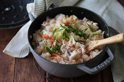 鯛を取り出し、骨をのぞいて身をほぐす。鍋に鯛の身を戻して全体を混ぜる。小口切にした青ネギを散らす。