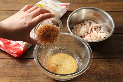 ボウルにかつおぶし、【A】を入れ、混ぜ合わせる。サラダチキンを加えて和える。