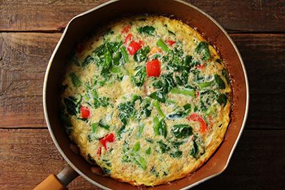 温めたフライパンにバターを入れ溶かす。菜の花、パプリカを加え、中火前後で2分ほど炒める。2を加えて、大きく数回混ぜ合わせる。フタをして、極弱火で15〜20分ほど卵が固まるまで火を通す。食べやすい大きさに切り分け、器に盛り付ける。