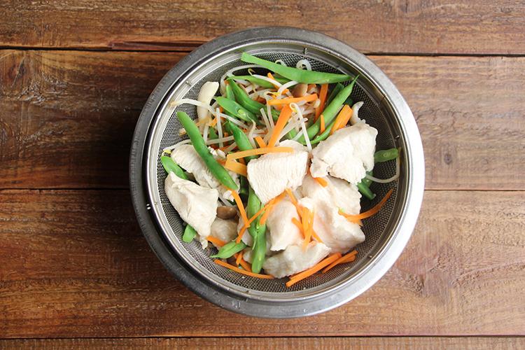 大きめの鍋にたっぷりの湯を入れ沸騰させる。鶏むね肉を入れ、弱火で2分ほど茹でる。下準備した野菜をすべて入れ、1分ほど茹でたらザルにあける。