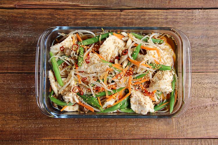 2に3を入れ、全体をなじませる。粗熱が取れたら冷蔵庫で冷たくなるまで置く(そのまま食べる場合は器に盛り付ける)。
