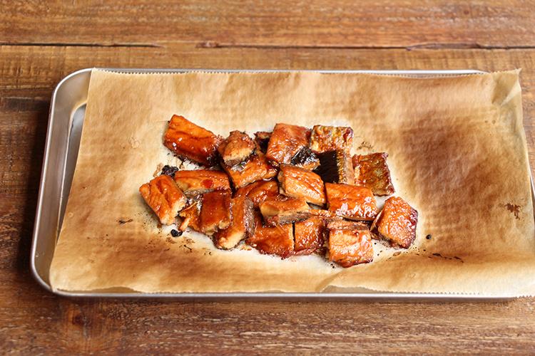 炊きあがる少し前にオーブンシートの上にうなぎをのせ、オーブントースターで表面に焦げ目がつくまで4〜6分焼く。