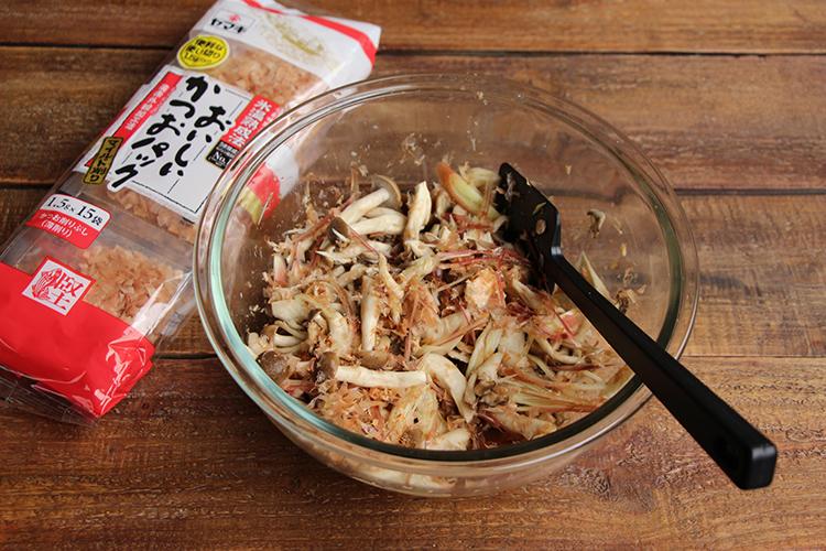 耐熱皿にきのこ類を入れ、塩をふる。ラップをかけ、電子レンジ(600W)で4分ほど加熱し、余分な水分を軽く切る。かつお節 氷温熟成使い切りパック、【A】を加え混ぜる。鮭缶、みょうがを加え、軽く和え、レタスをしいた器に盛り付ける。
