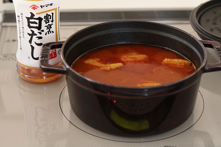 鍋に水、割烹白だし、1、4を入れて火にかける。フタをして沸騰してきたら弱火で30分煮込む。