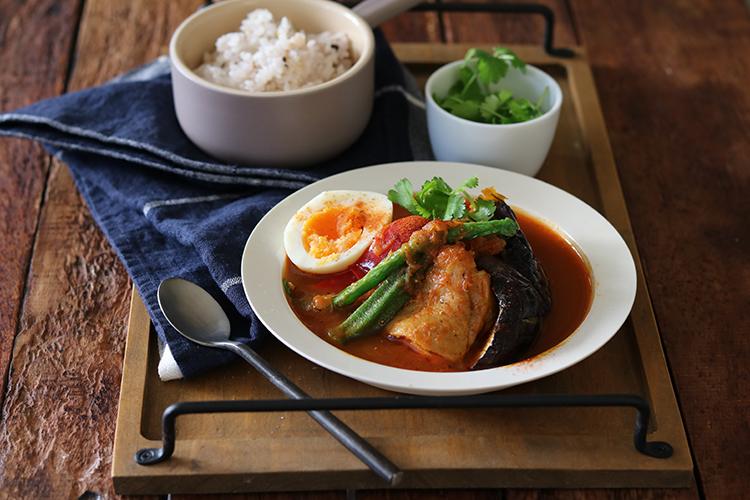 器に盛り、焼いた(or素揚げした)お好みの野菜やゆで卵と一緒に盛り付ける。