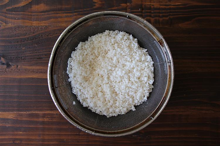 研いだ米は20〜30分浸水させ、水気を切る。