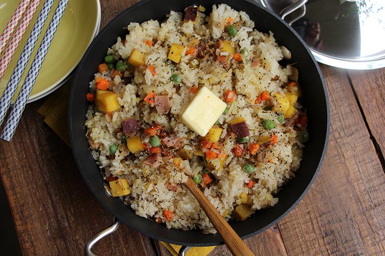 炊きあがったら残りの3を加え、混ぜ合わせる。器に盛り付け、お好みでバター(有塩)をのせ、粗挽き黒こしょうをふる。
