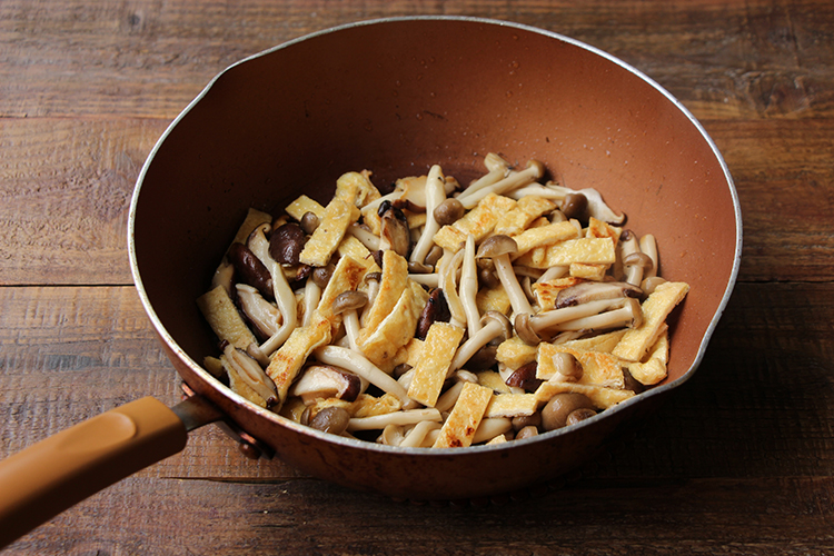 温めたフライパンにごま油をしき、油揚げ、しめじ、しいたけを入れて中火〜強火で2〜3分炒める。別皿に移し、粗熱が取れたら冷蔵庫で冷やす。