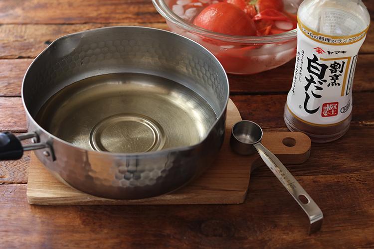 鍋に【A】を入れて混ぜ、皮を剥いたトマトを加えて火にかける。沸騰し始めたら火を弱め、ぐつぐつしない程度に静かに1~2分温める。
