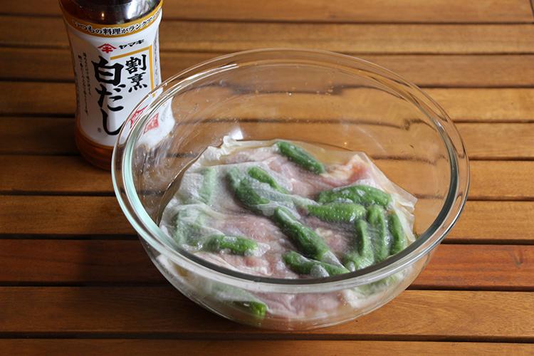 ボウルに割烹白だし、【A】を入れて混ぜ合わせる。鶏もも肉、ししとうを加え、上からキッチンペーパーをかぶせて冷蔵庫で2〜3時間おく。