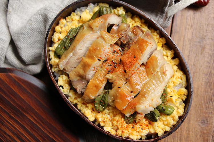 オーブンシートの上に2をのせ、オーブントースターで10〜15分ほど表面に焼き色がつくまで加熱する。食べやすい厚さに切り、器にごはん、そぼろ卵(分量外:各適量)と一緒に盛り付け、七味唐辛子をふる。