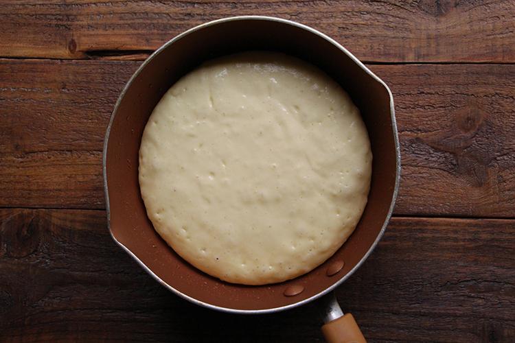 ボウルに【B】を入れ、泡立て器で混ぜ合わせる。ホットケーキミックスを入れ、さらに混ぜ合わせる。直径20cmのフライパンに無塩バター(分量外:少々)を塗り、弱火で温め、生地を流し入れる。フタをして弱火で5分ほど蒸し焼きにする。(この時点で生地の表面は生でOK)