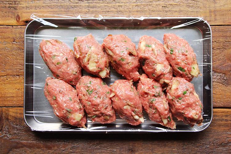 2とは別のボウルに牛ひき肉、ごぼう、【B】を入れ、しっかりこねたら空気を適度に抜きながら俵型に成形する。