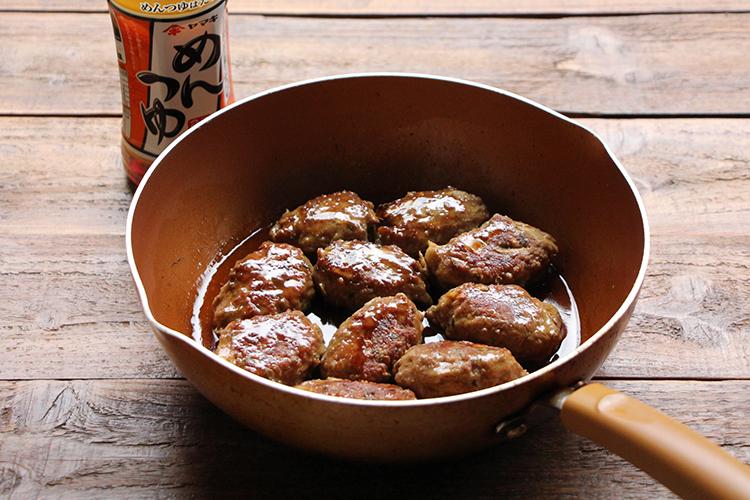 2を入れ、中火前後のふつふつした状態でとろみがつくまで1〜2分煮からめる。レタス(分量外:適量)をしいた器に盛り付け、からしを添える。