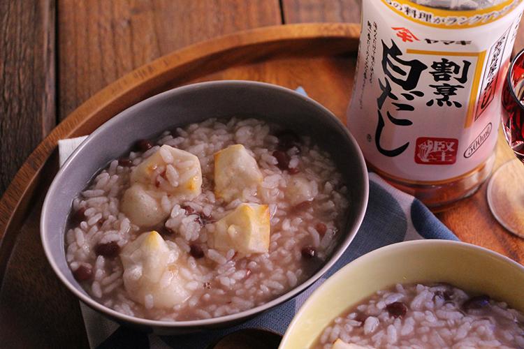 2に茹で小豆、餅を加え、さっくり混ぜ合わせ、器に盛り付ける。