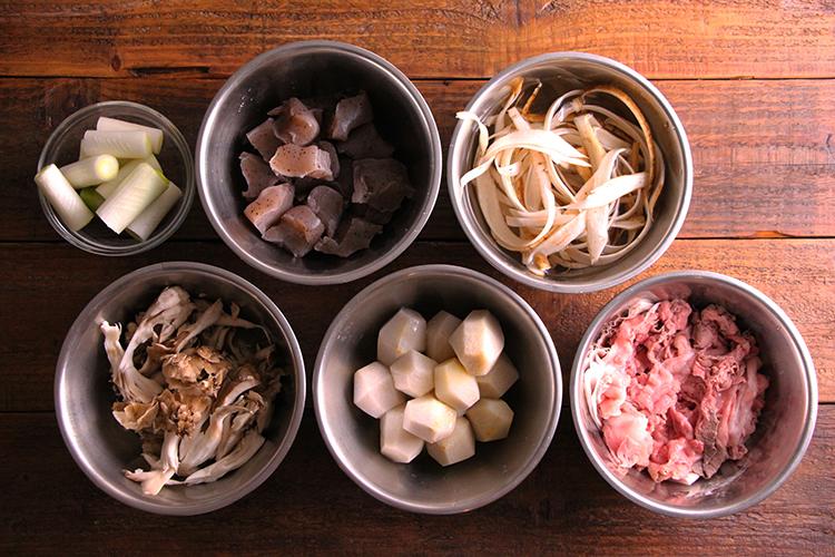 〜里芋とこんにゃくの下茹で〜 里芋は土を洗い流し、皮を厚めにむく。こんにゃくは手で一口大にちぎる。鍋に里芋、こんにゃく、ひたひたになるくらいの水(分量外:適量)を入れる。ひと煮立ちさせたら弱火で5分ほど煮て、冷水にとる。