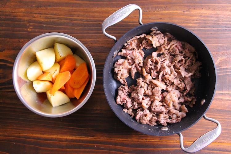 別の鍋にバター(有塩)半量をひき、じゃがいも、にんじんを入れ、中火で2〜3分炒めて別皿に移す。残りのバターをひき、牛切り落とし肉を入れ、塩こしょうをふる。同様の火加減で肉の色が半分以上変わったら薄力粉をまぶし、粉っぽさがなくなるまで炒める。