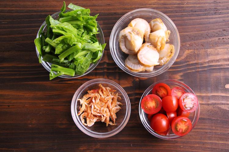 菜の花は3〜4cm幅に切り、ミニトマトはへたを取り、横半分に切る。