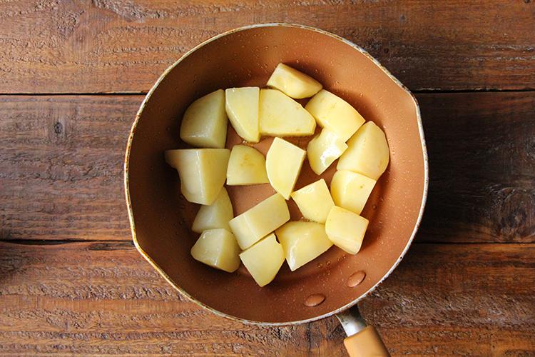 《マッシュポテトを作る①》 温めたフライパンにオリーブオイルをひき、じゃがいもを入れ、中火前後で全体に焼き色がつくまで炒める。
