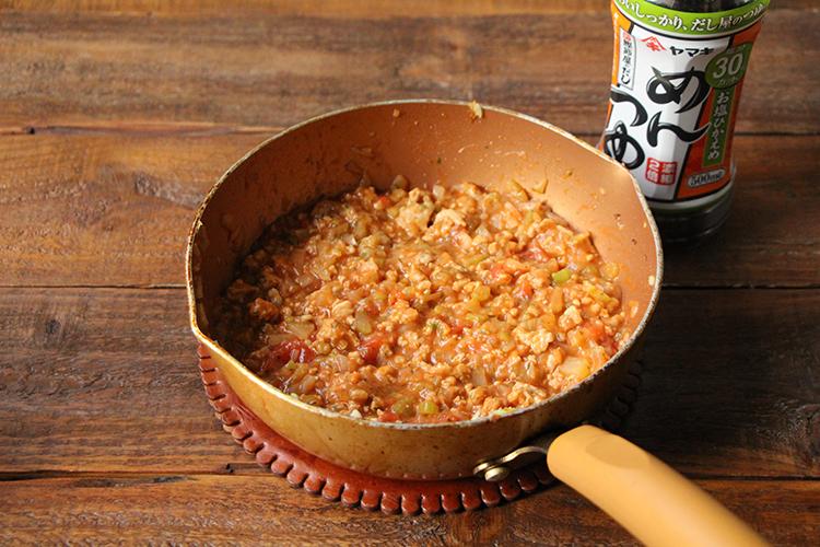 《ミートソースを作る②》 お塩ひかえめめんつゆ大さじ3、【A】を加え、混ぜ合わせる。弱火で5分ほど煮たら火を止める。