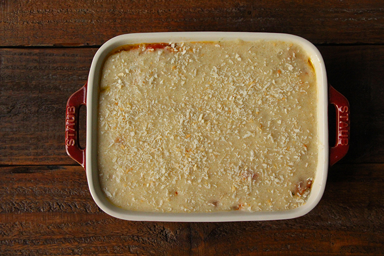《焼く》 耐熱皿にミートソース、マッシュポテトをのせて平らにならす。パン粉をちらし、オーブントースターで10〜15分ほど表面に焼き色がつくまで加熱する。