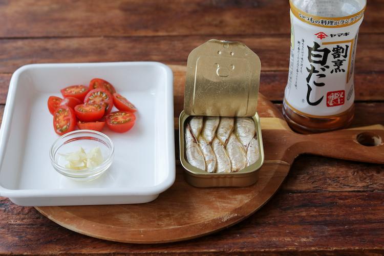 にんにくは芯をとって薄切り、ミニトマトは半分に切る。鍋にたっぷりの湯を沸かし、1Lあたり小さじ1の塩を加え、スパゲッティを表示時間より1分短く茹でる。