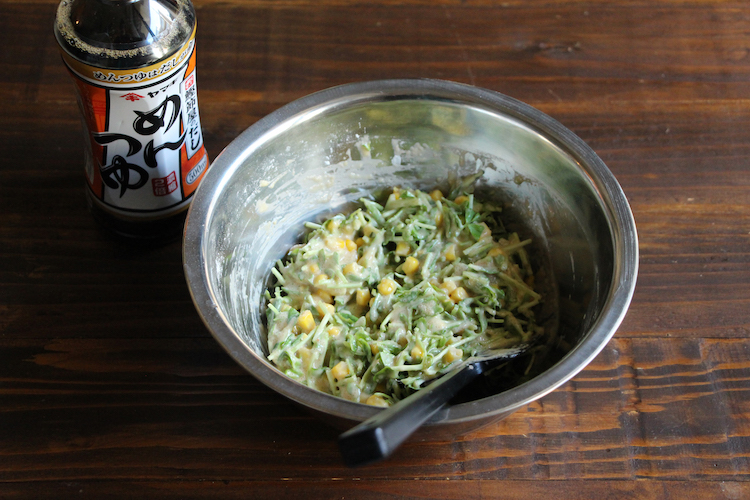 別のボウルにめんつゆ、【B】を入れ、混ぜ合わせる。下準備した食材も入れ、混ぜ合わせる。