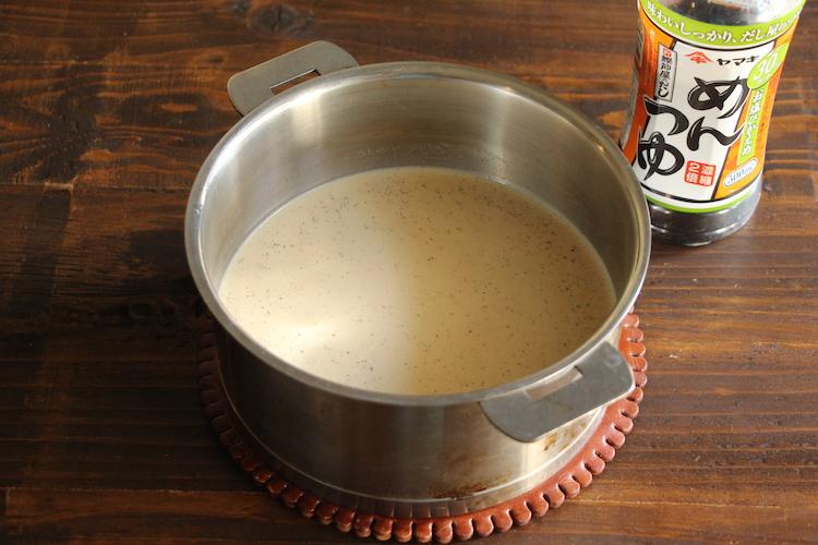 手鍋にお塩ひかえめめんつゆ、【A】を入れ、ひと煮立ちさせる。鶏もも肉を加え、弱火で7〜8分煮る。