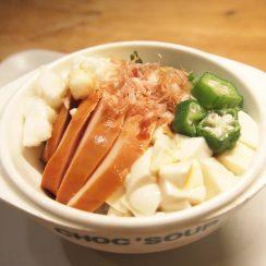 私の大大大好きな手抜きメニュー✨<br /> .<br /> サラダチキンをスライス<br /> 豆腐、オクラ、長芋、韓国海苔と共に<br /> ご飯の上に乗っけるだけ?<br /> ちなみにオクラは冷凍のものを常備してるので<br /> 茹でる手間無し?<br /> .<br /> 仕上げにかつお節で旨みup<br /> ちょろっと麺つゆをかけて完成?<br /> .<br /> 特にテニスした後に食べると<br /> オクラと長芋のカリウムで筋肉の痙攣も防げて<br /> サラダチキンで高タンパク摂取✨最高✨<br /> .<br /> 余力がある時は、さらに温泉卵乗せます?<br /> あと納豆も思い切って1パック?<br /> ここまで来ると手抜きメニューというより<br /> 私にとってはご褒美メニュー?<br /> .<br /> #わたしのラクめし<br /> #タンパク質レシピ<br /> #ヤマキレシピ