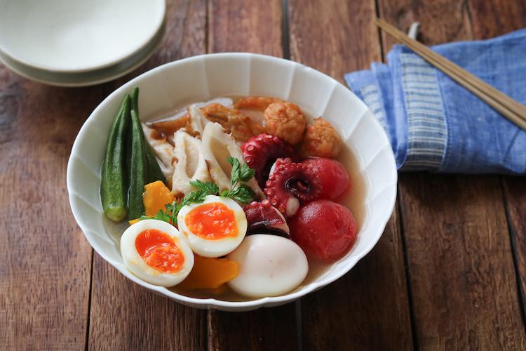 ミディトマトと卵を加えて保存容器に入れ、冷蔵庫で冷やす。