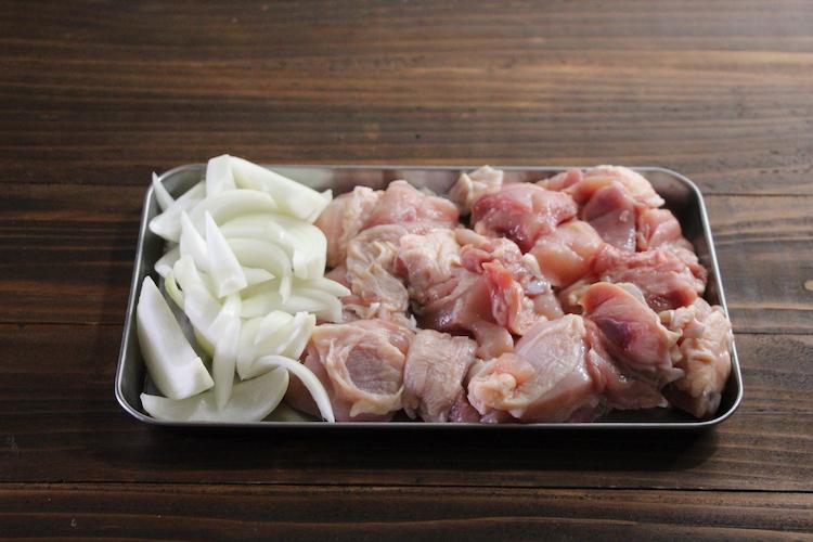 鶏肉は皮付きのままぶつ切りにする。玉ねぎは6等分のくし切りにする。