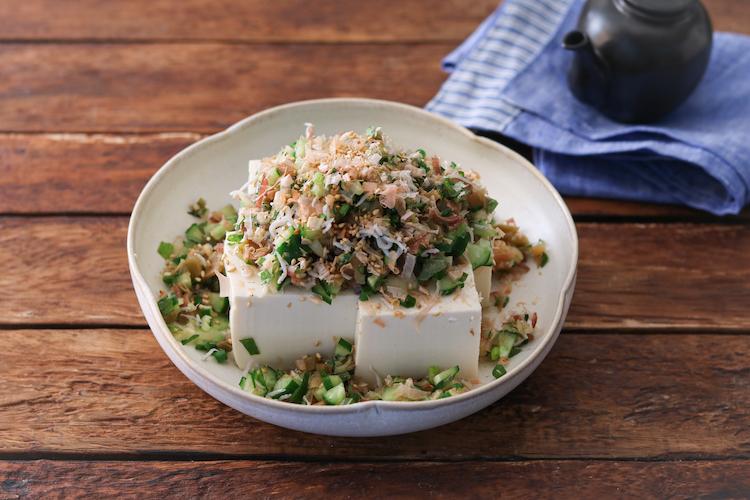 豆腐を4等分に切って器に盛り、2をのせてごまをふる。食べる時にお好みでしょうゆかポン酢(分量外)をかける。