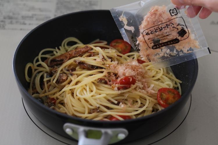 茹であがったスパゲッティを3に加え、かつお節、スパゲッティの茹で汁(大さじ3~4)を加えて和える。