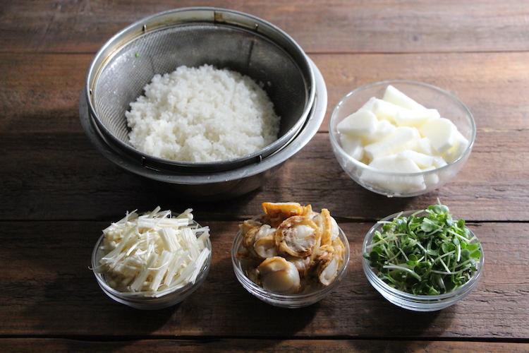 研いだ米は20分ほど浸水させて水気を切る。長いもは皮をむき、5mm幅の半月切りにする。えのきは根元を切り2cm幅に切る。かいわれ大根も根元を切り落とし2cm幅に切る。