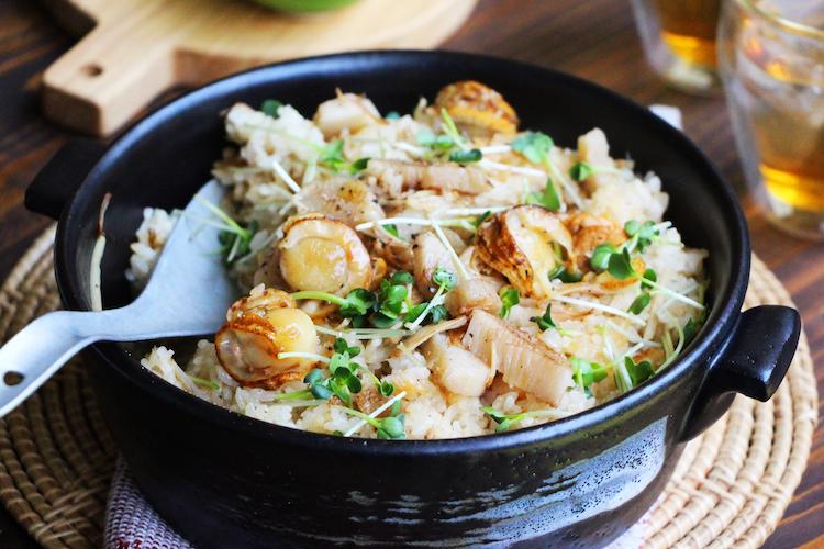 炊飯器に「割烹白だし」、【A】を入れ、混ぜ合わせる。米を入れ、2を半量入れて炊く。炊き上がったら残りの具材も加えて混ぜ合わせる。器に盛り付け、かいわれ大根を添え、粗びき黒こしょうをふる。