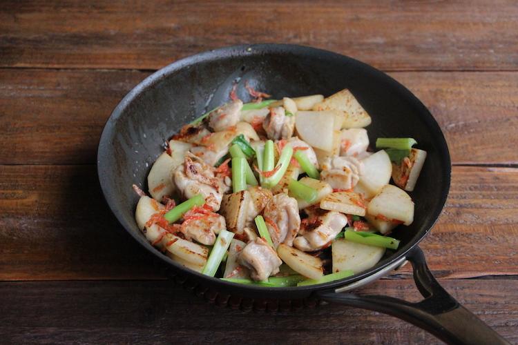 小松菜、桜えびを入れ、混ぜ合わせる。2を加え、とろみがつくまで手早く煮炒めたら器に盛り付ける。