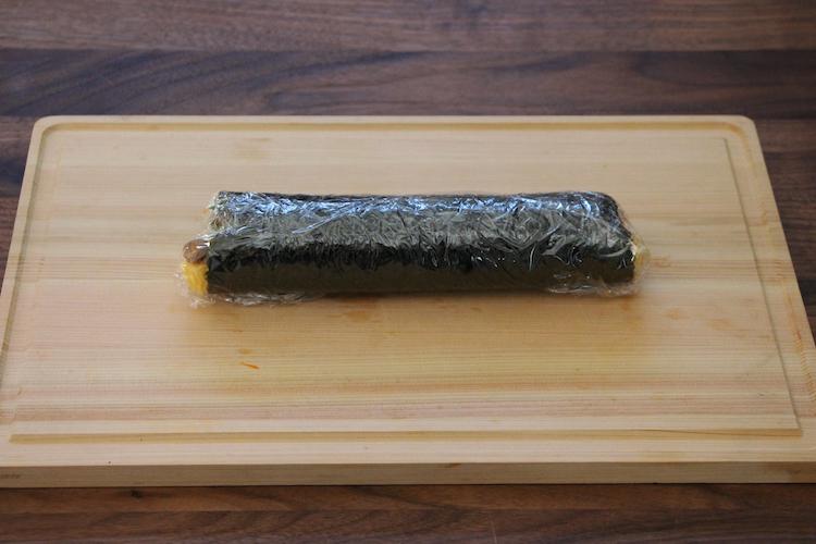 それぞれラップで包んで10分ほど寝かせて食べやすい厚さに切り、器に盛り付ける。