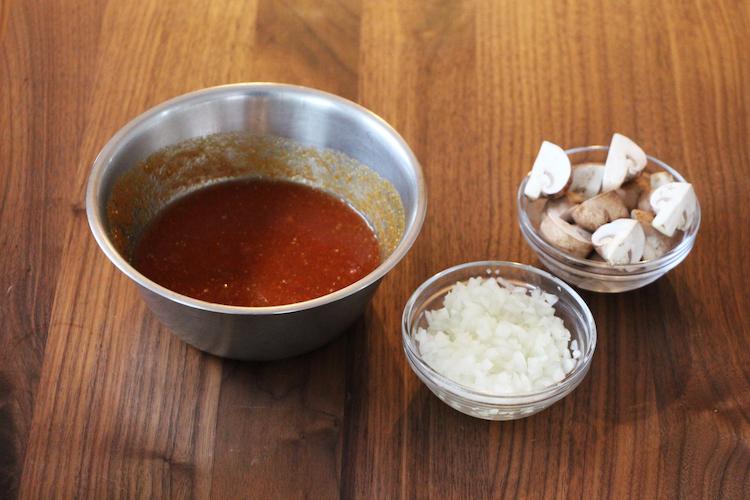 マッシュルームは縦1/4等分に切り、玉ねぎはみじん切りにする。 ボウルにマッシュルーム、【A】を混ぜ合わせ、ソースを作る。