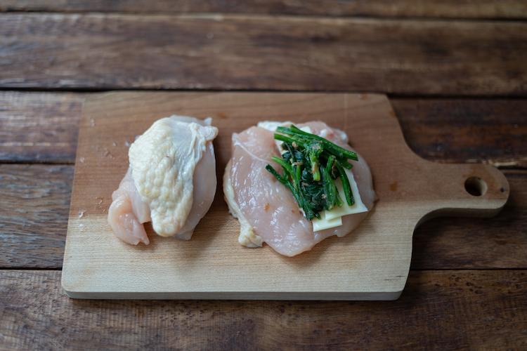 鶏肉の切り込みにマヨネーズを塗り、スライスチーズ、2をそれぞれ挟む。薄力粉を薄くまぶす。