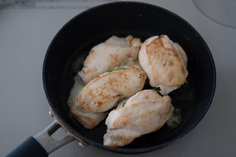フライパンを中火で熱してサラダ油をひき、3を入れて片面に焼き色が付くまで1~2分焼く。裏返してふたをし、弱火で5分焼く。