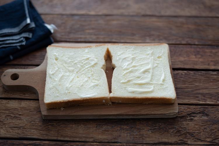 食パンの片面に、室温に戻して柔らかくしたバター、練りからし、マヨネーズをそれぞれ塗る。4をのせて挟む。食べやすい大きさに切り分ける。