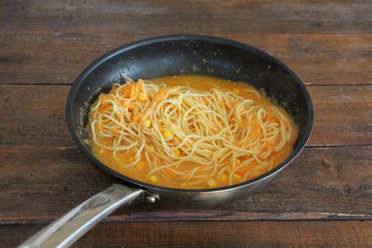2のフライパンに「割烹白だし」、すりおろした野菜、【A】を入れ、ひと煮立ちさせる。弱火で1~2分加熱したら、湯切りした3のパスタを加える。強火で手早く絡めたら器に盛り付け、大葉、2のたらこをのせ、粗挽き黒こしょう(分量外:少々)を散らす。