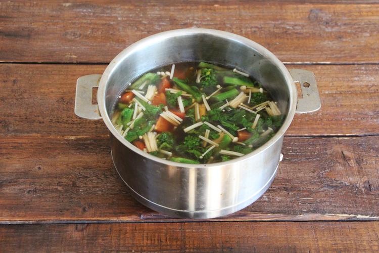 鍋に「めんつゆ」、【A】を入れ、ひと煮立ちさせる。ツナ缶、豆腐、菜の花、えのきだけを加え、中火前後で1~2分煮る。