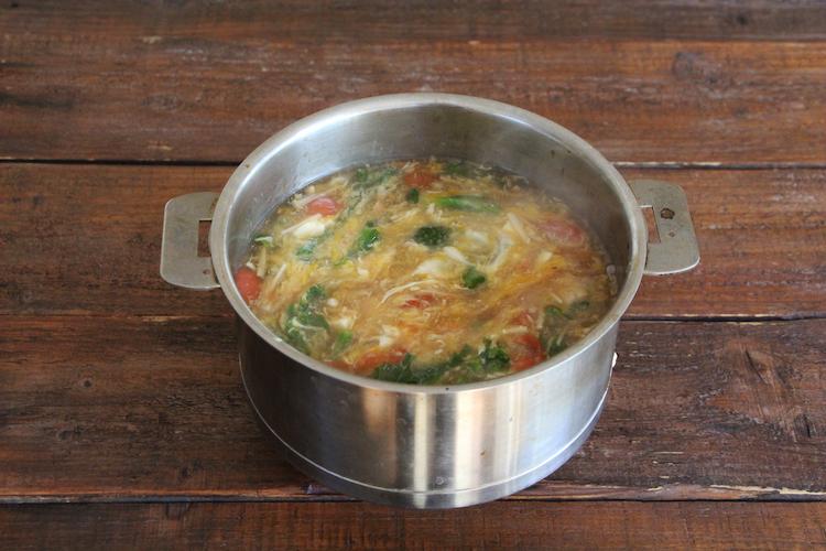 火加減を変えずに、2に水溶き片栗粉を加えてゆるめにとろみをつける。ミニトマトを加え、溶き卵を回し入れ、攪拌させたら火を止める。製品の表記通りに解凍した冷凍うどんを器に盛り付け、つゆをかける。