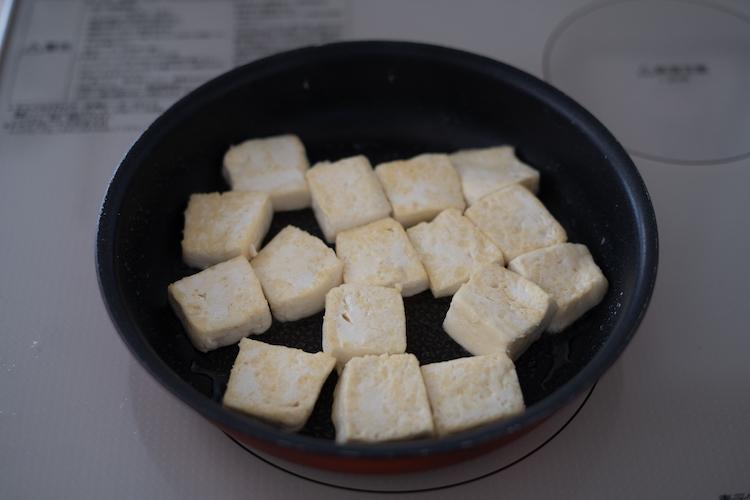 フライパンを中火で熱してサラダ油をひき、豆腐に薄力粉を薄くまぶして加え、両面を焼く。取り出して4に加える。