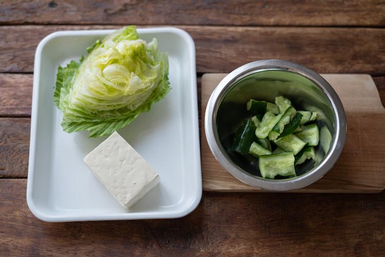 きゅうりは麺棒などで叩いてひと口大にし、ボウルに入れる。塩ひとつまみ(分量外)を加えて混ぜ、10分ほど置く。