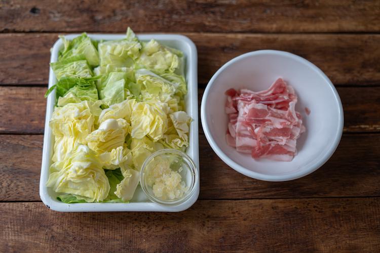 キャベツはひと口大に切り、にんにくはみじん切りにする。 豚肉はひと口大に切り、「めんつゆ」を揉み込んでおく。