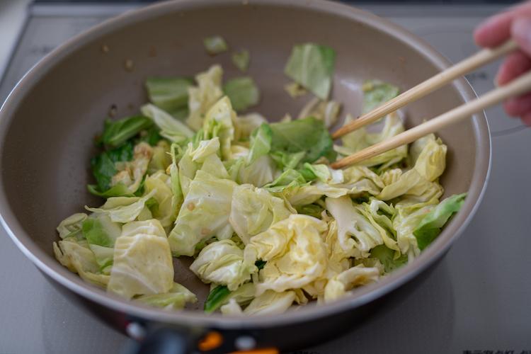同じフライパンに、にんにくとキャベツを加えて中火で炒める(必要であれば、適宜油を追加する)。