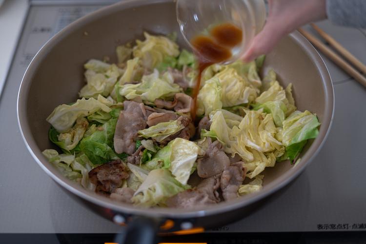 フライパンに豚肉を肉汁ごと戻し、炒め合わせる。よく混ぜた【A】を加えて炒め合わせる。