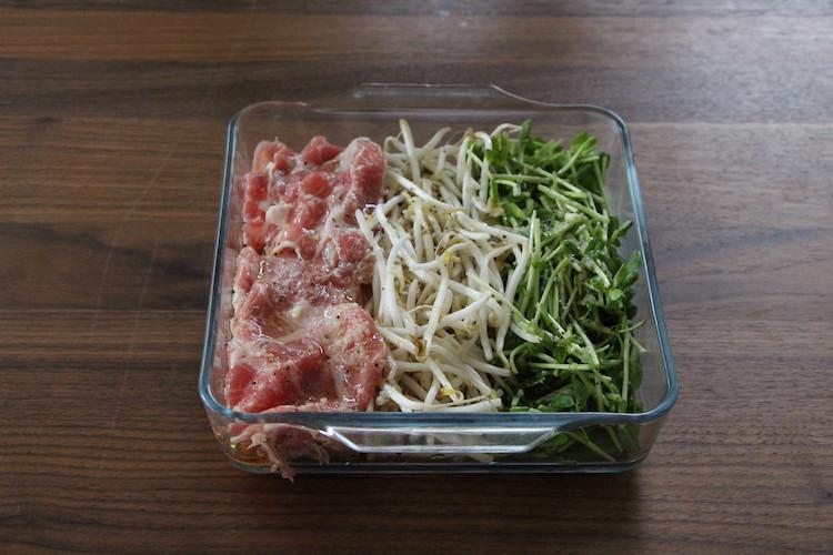 大きめの耐熱皿に豚肉、もやし、豆苗を並べ、2を回し入れる。ふんわりとラップをかけ、電子レンジ(600W)で3分ほど加熱する。